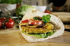 Warzywny burger z falafelem