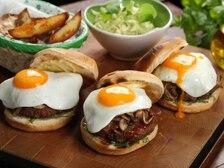 Amerykańskie burgery z pieczarkami i sadzonym jajem