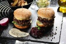 Aromatyczne double burgery z pleśniowym serem i konfiturą z czerwonej cebuli