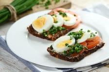 Chleb z jajkiem i warzywami