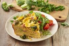 Kremowa zapiekanka makaronowa z brokułami i szynką