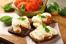 Grzanki czosnkowe z mozzarellą i pomidorami