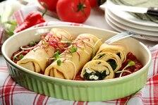 Jaglane naleśniki ze szpinakiem zapiekane w sosie pomidorowym z papryczką Chipotle