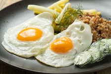 Jajko sadzone, kasza gryczana, mizeria, fasolka szparagowa