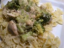 Makaron z kurczakiem w sosie śmietanowym z brokułami