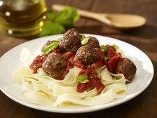 Mięsne klopsiki w pomidorowym sosie z ziołami