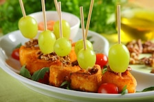 Panierowany camembert z winogronami