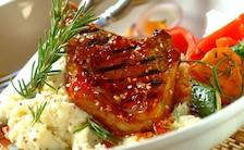 Pikantne kotlety jagnięce z warzywami z grilla