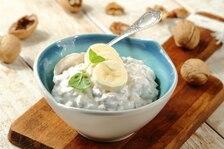 Płatki owsiane z orzechami włoskimi i bananem polane jogurtem naturalnym
