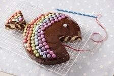 Tęczowe ciasto typu zebra w kształcie rybki