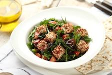 Sałatka z rukoli z ziołowo-sezamowymi kostkami