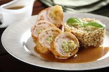 Rumiane roladki z kurczaka z fasolką szparagową i wędzonym boczkiem