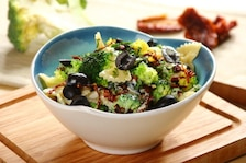Sałatka makaronowa z gotowanymi brokułami - VIDEO