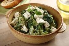 Sałatka na ciepło z brokułami  i serem feta