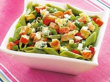 Sałatka serowa z zielonym makaronem