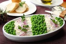 Sałatka śledziowa z ziemniakami i zielonym groszkiem