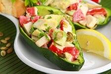 Sałatka z avocado i mięsa krabów