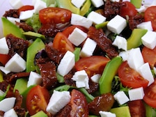 Sałatka z awokado i suszonymi pomidorami