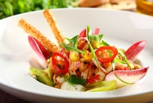 Sałatka z cykorii z marynowanym łososiem - VIDEO
