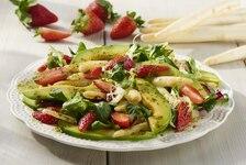 Sałatka z białych szparagów i truskawek