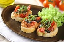 Włoska kanapka pomidorowa