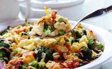 Zapiekanka z makaronu z brokułami i bekonem