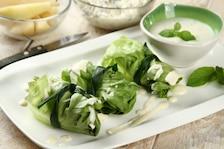 Zielone rollsy z gruszką i sosem jogurtowym