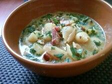 Zupa ziemniaczana z boczkiem, makaronem i pesto bazyliowym
