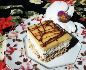 Ciasto na życie preparowanym z bitą śmietaną, mascarpone i advocatową polewą