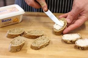 Bagietka z serem pleśniowym i orzechami włoskimi – krok 2