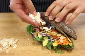 Kanapka z awokado, marchewką i fetą – krok 4