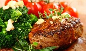 Czarny stek z brokułami i pomidorkami koktajlowymi