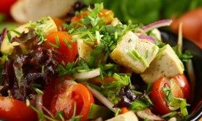 Orientalna sałatka z marynowanym tofu