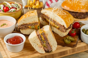 Amerykański mega cheeseburger z kolendrą na ostro