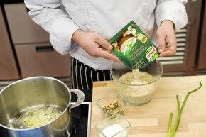 Aromatyczna zupa grzybowa z orzechami i szczypiorkiem  – krok 2