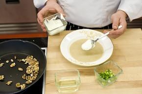 Aromatyczna zupa grzybowa z orzechami i szczypiorkiem  – krok 5