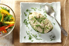 Awokado nadziewane tuńczykiem z ryżem. Sałatka z różnych papryk