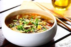 Azjatycka zupa słodko-ostra z makaronem sojowym