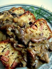 Babka ziemniaczana z kiełbasą i sosem z leśnych grzybów