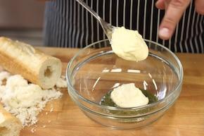 Bagietka faszerowana szynką parmeńską, rukolą i mozzarellą  – krok 1