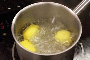 Barszcz biały z kiełbasą i ziemniakami – krok 4