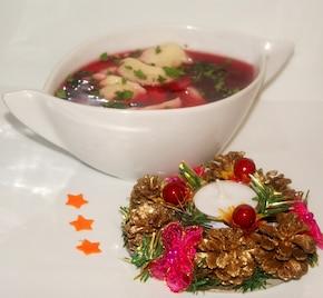 Barszcz czerwony z pierożkami z nadzieniem grzybowym