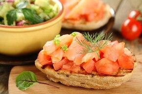 Bruschetta z łososiem wędzonym i pomidorem