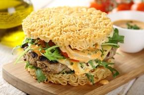 Burger w bułce z nudli