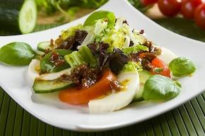 Caprese z ogórkiem i suszonymi pomidorami