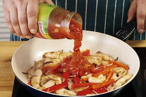 Makaron ryżowy z kurczakiem i sosem słodko kwaśnym – krok 4