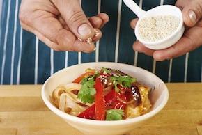 Makaron ryżowy z kurczakiem i sosem słodko kwaśnym – krok 6