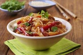 Makaron ryżowy z kurczakiem i sosem słodko kwaśnym