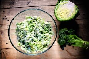 Chrupiąca surówka z młodej kapusty i brokuła