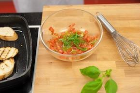 Chrupiące grzanki z pomidorową salsą – krok 2